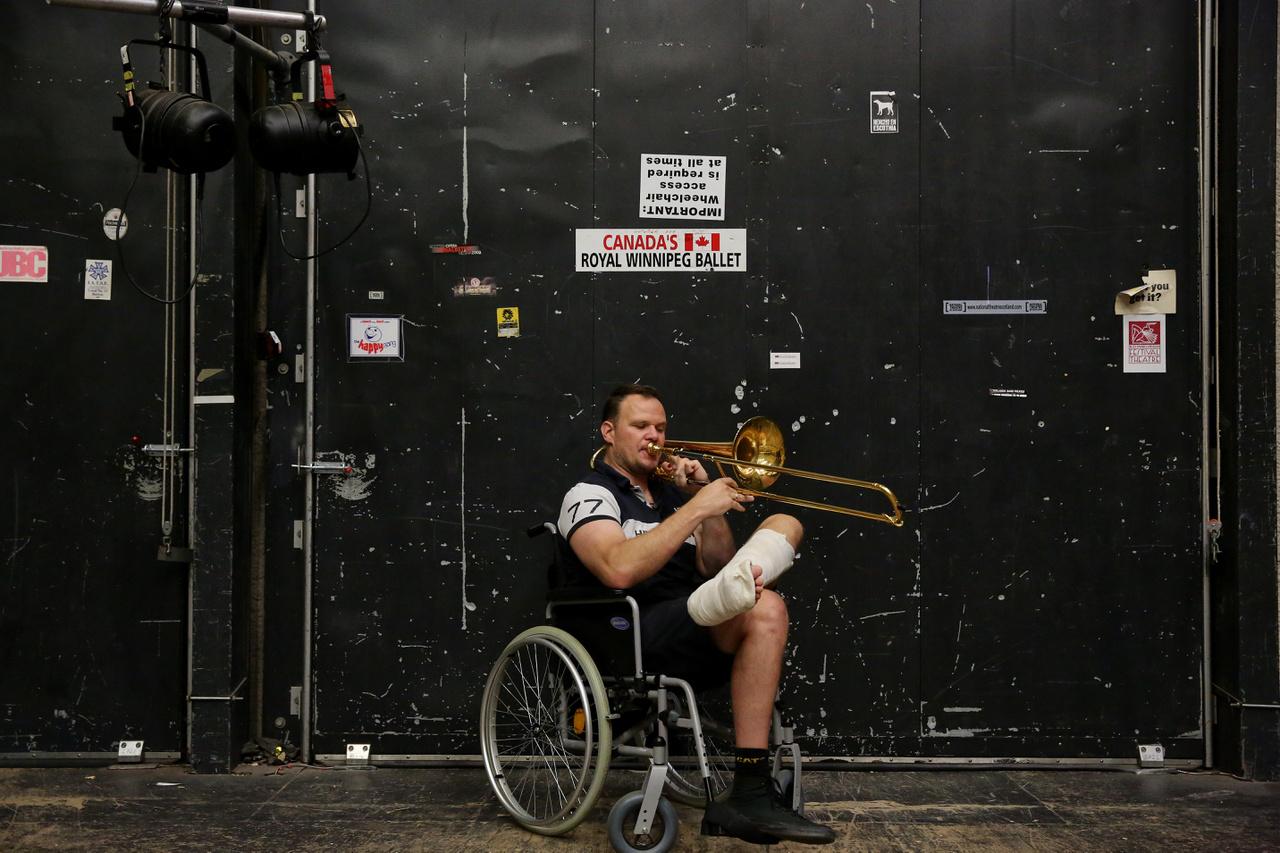 Szakszon Balázs nem sokkal a turné előtt sérült le egy szerencsétlen lovasbalesetben. Az előadásokon kívül kerekes székben ült végig, de egy koncerten a meghajlásnál felállt.