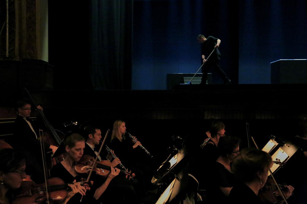 Söprögetik az Edinburgh Festival Theatre színpadát, miközben a Budapesti Fesztiválzenekar próbál.