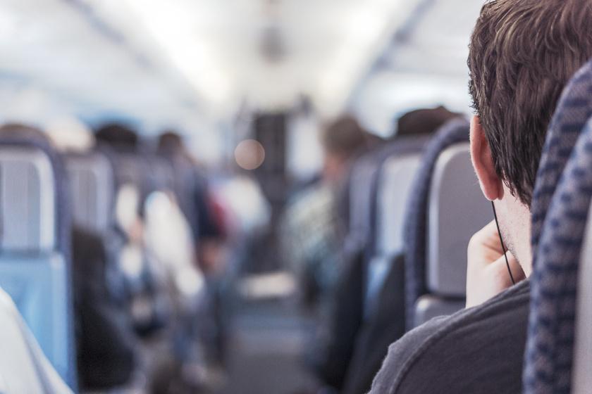 Két helyet foglalt a repülőn a túlsúlya miatt, aztán lefogyott, és elképesztően jó pasi lett
