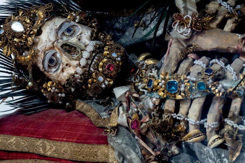Drágakövek tucatjai borítják a csontvázakat: évekig díszítették a vatikáni leleteket