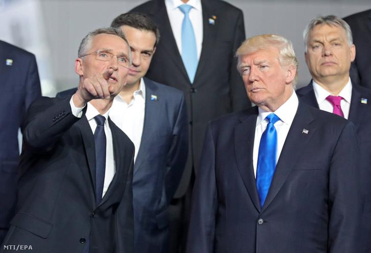 Jens Stoltenberg NATO-főtitkár és Donald Trump amerikai elnök beszélget csoportképkészítés közben Orbán Viktor miniszterelnök és Alekszisz Ciprasz görög kormányfő előtt a NATO-tagországok állam- és kormányfőinek egynapos csúcstalálkozóján Brüsszelben 2017. május 25-én.