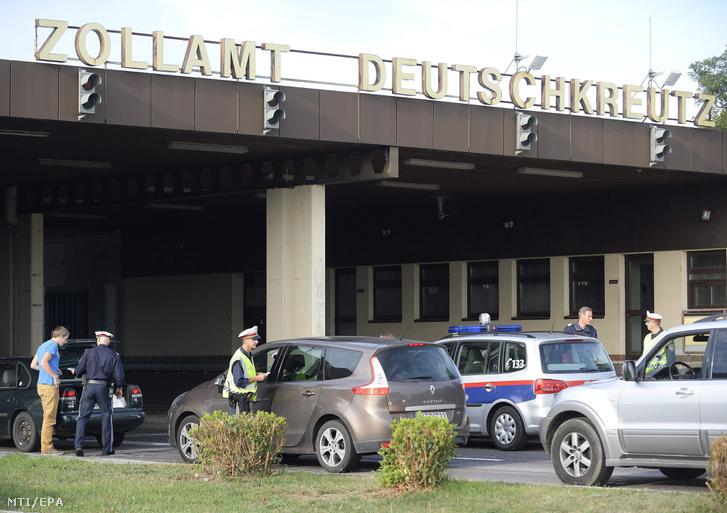 Osztrák rendőrök autósok papírjait nézik meg a magyar-osztrák határ ausztriai oldalán Deutschkreutznál (Sopronkeresztúr) 2015. szeptember 15-én miután az illegális bevándorlás miatt Ausztria éjféltől ideiglenesen bevezette a határellenőrzést több határszakaszon.