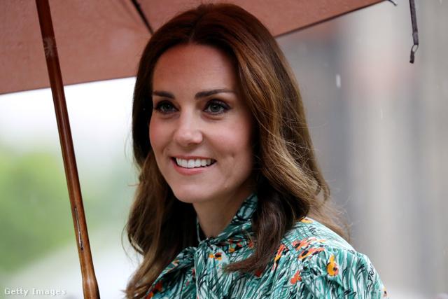 Katalin augusztus 30-án, rövid(ebb) hajjal. Terhesen.