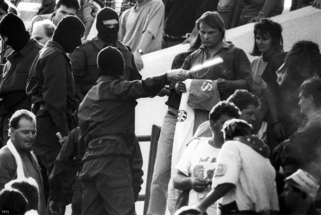 Szlovák rendõrök és kommandósok brutális módon támadtak rá szeptember 16-án a Slovan Bratislava-Ferencváros mérkõzésen a Ferencváros szurkolóira. A rendfenntartók már a mérkõzés vége elõtt megkezdték a lelátó magyar szektorainak kiürítését ahol egyébként elõzõleg nem történt érdemleges rendbontás - írta az MTI.
