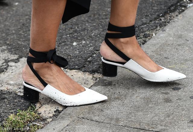 Nagyi sarkú fehér cipő fekete pánttal New Yorkban.