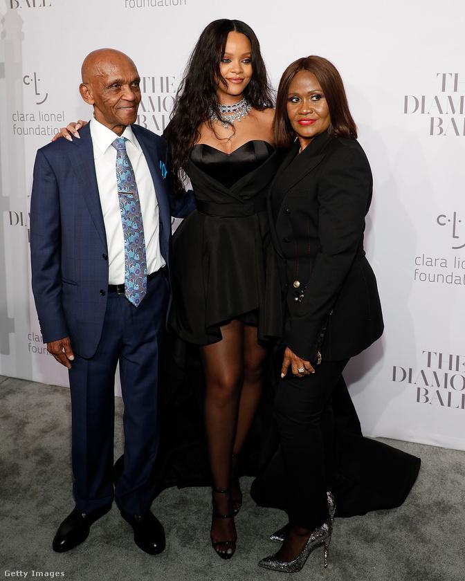 Ez a hölgy pedig Rihanna édesanyja, Monica Braithwaite - bár erre bizonyára rájöttek.