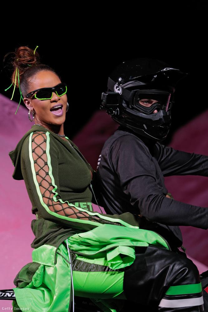 Rihanna öltözködése az utóbbi években egyre-másra veszi a váratlan fordulatokat, ami sokaknak tetszik, másoknak általában nem.                         Itt a Pumának tervezett kollekciója bemutatóján látható.