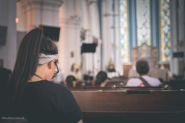 A templomban kényelmesebb volt