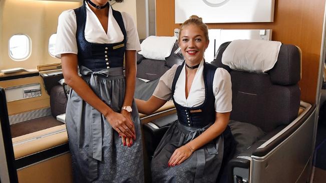 Az Oktoberfest örömére dirndliben szolgálnak fel a Lufthansa sztyuvijai