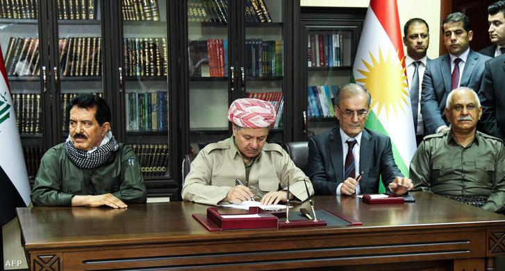 Maszud Barzani iraki kurd elnök, a Kirkuk tartományi kormányzó Najim al-Din Karim, a Kurdisztáni Hazafias Unió főtitkár-helyettese Kosrat Rasoul Ali és a Pesmerga parancsnok Jaafar Sheikh Musztafa kurd és pesmerga vezetőivel az észak-iraki Kirkuk városban 2017. szeptember 12-én