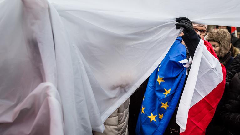 A lengyel kormánypárt a saját terepén veri Orbánékat