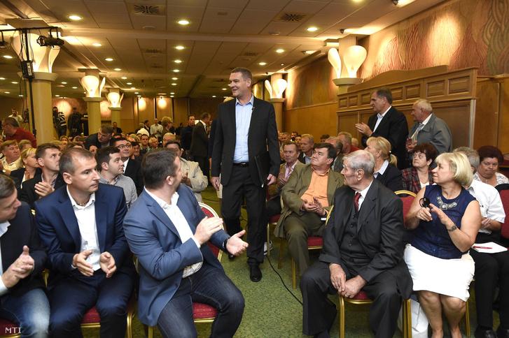 Botka László érkezik pártja választmányának ülésére, a budapesti Flamenco szállóban