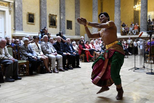George Saju indiai jezsuita szerzetes tánca a fesztivál megnyitóján