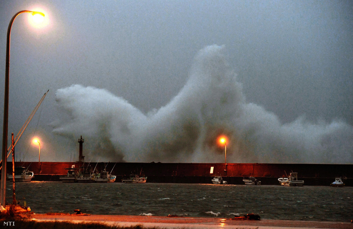 Hatalmas hullám csapódik egy hullámtörő gátnak a Kocsi prefektúrában fekvő Akiban 2017. szeptember 17-én.