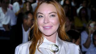 Látni is fájdalmas ezt a mosolyt Lindsay Lohan túlsimított arcán