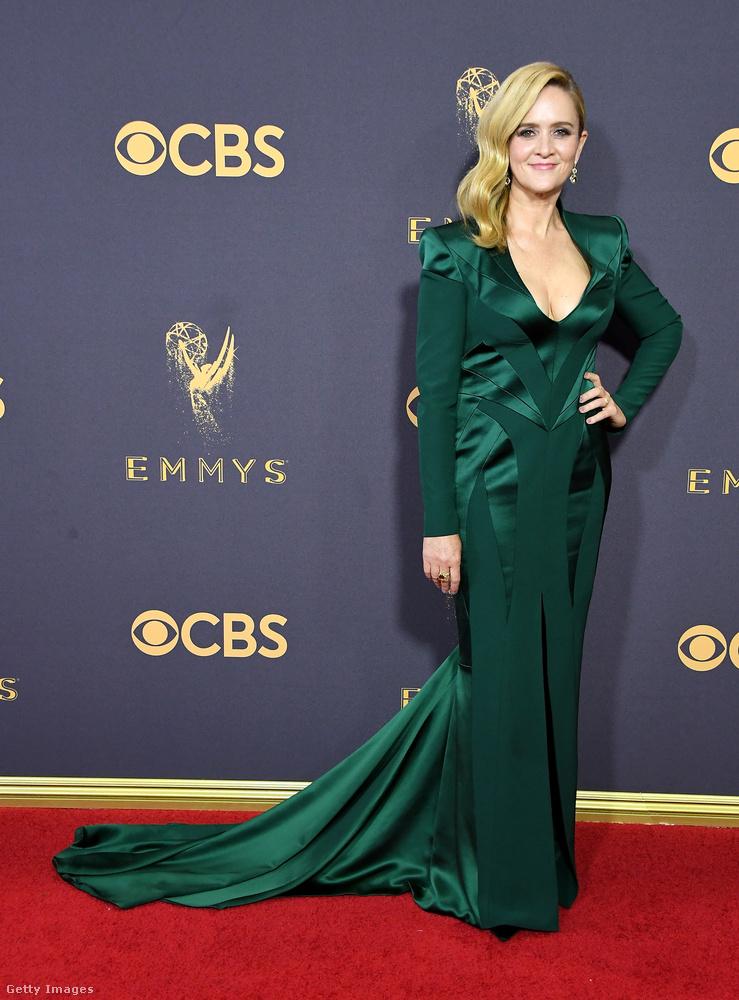 Samantha Bee ruhája már majdnem csinosnak is mondható, viszont, akárhogy is nézzük, arra jutunk, hogy az egész hónaljban szorítja, és egy nála másfél méterrel magasabb nőn állna csak jól
