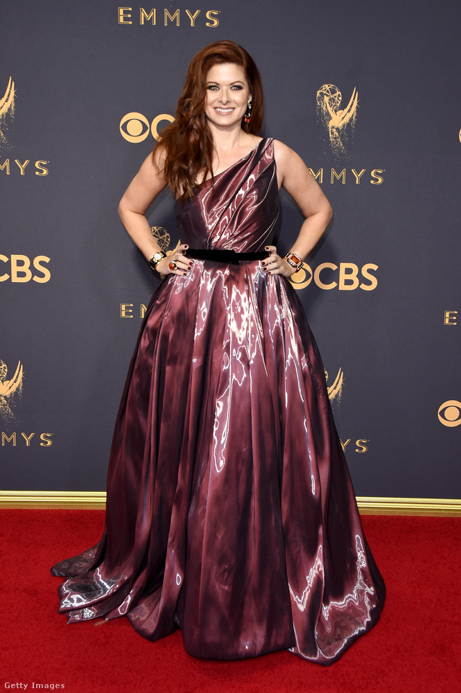 Debra Messing sem az alkatának megfelelően öltözött fel azzal, hogy maga köré tekert egy tonna szemeteszsákot