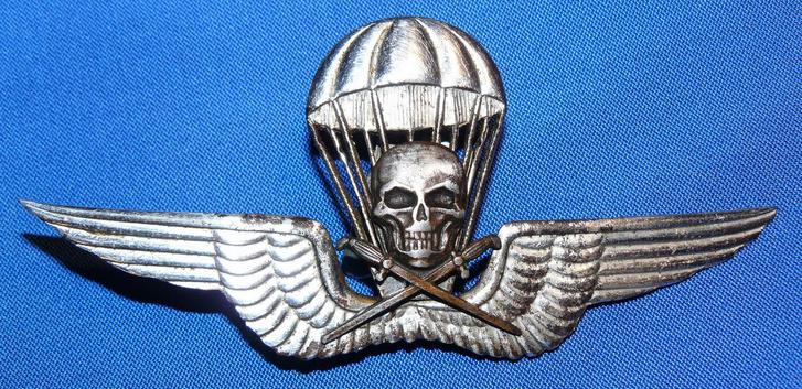 A híres halálfejes ejtőernyősjelvény, az elit státusz szimbóluma