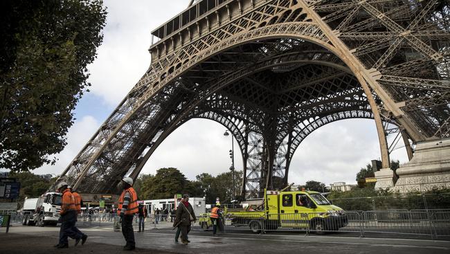 Megkezdték az Eiffel-torony köré tervezett üvegfal építését