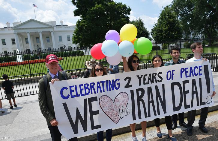 A megállapodást támogató aktivisták a Fehér Ház előtt 2017. július 14-én, Washingtonban