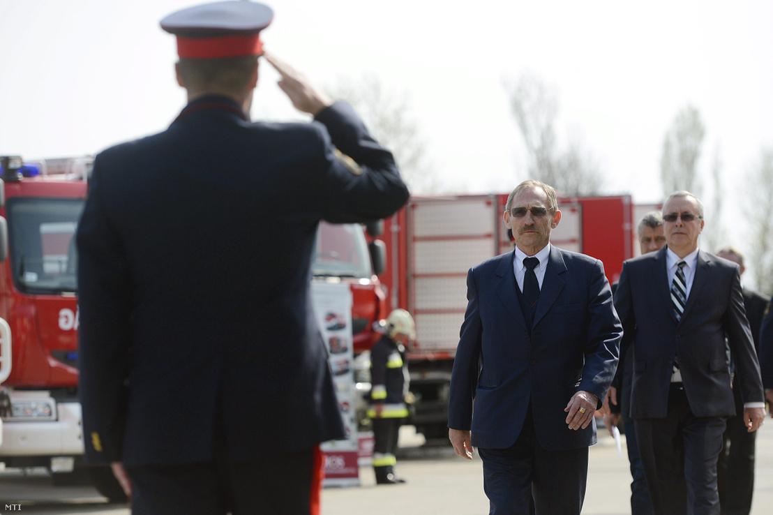 Pintér Sándor belügyminiszter és Bakondi György a BM Országos Katasztrófavédelmi Főigazgatóság főigazgatója érkezik az új, magyar gyártású tűzoltóautó prototípusának bemutatójára 2014. március 31-én