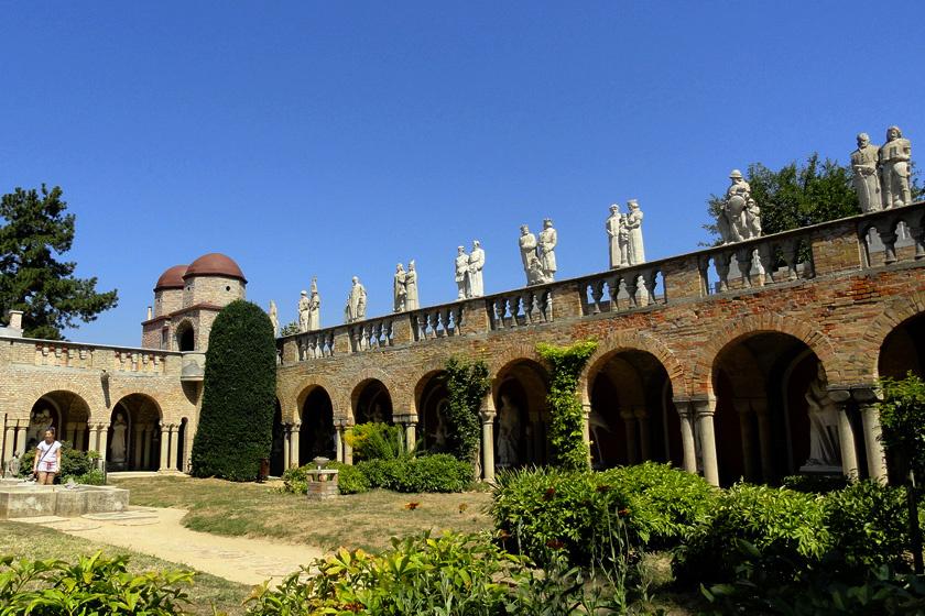 A százoszlopos udvar várfalai alatt 103 oszlop áll. Az elegáns franciapark a lakótornyokat és a központi épületet köti össze. Az árkádsor tetején párosával történelmi alakok szobrai állnak.