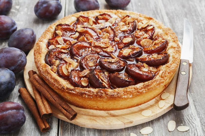Az ősz egyik slágere a mennyei szilvás pite. Bolondítsd meg fahéjjal és mandulával, mindenki imádni fogja.