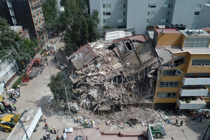 Összedől épület Mexikóvárosban.
