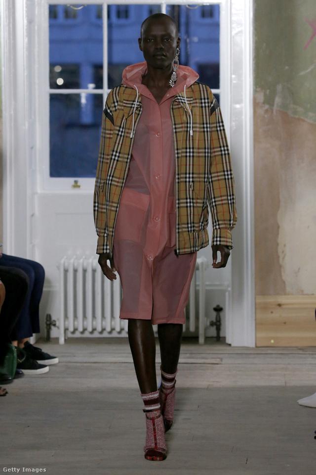 Rózsaszín esőkabát  és klasszikus kockás kabát a Burberrytől. Igen, jól látjátok, ruha nélkül, dupla kabátban töltjük a jövő nyarat a Burberry szerint.