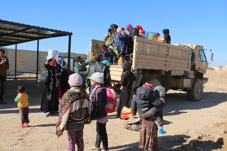 Az Iszlám Állam által megszállt Havídzsából menekülő emberek érkeznek egy a pesmergák által ellenőrzött régióba 2016 december 7-én.