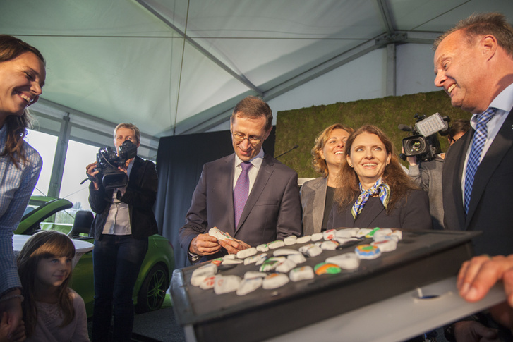 Varga Mihály nemzetgazdasági miniszter kézjegyével ellátott követ tesz a kavicsokból kirakott Mercedes csillagba a Mercedes-Benz gyár új képzési központja alapkőletételi ünnepségén Kecskeméten 2017. szeptember 21-én.