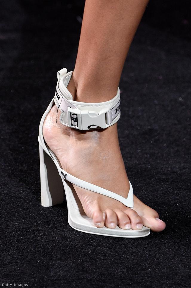 Kényelmes lehet a flip-flop magassarkú. Nem!