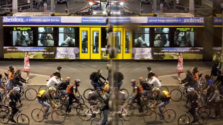 Metrópótlás: repülő villamos vagy kerékpárok?