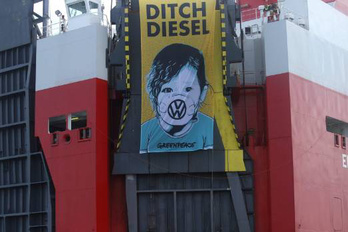 A Greenpeace akadályozta a VW dízelek szállítását