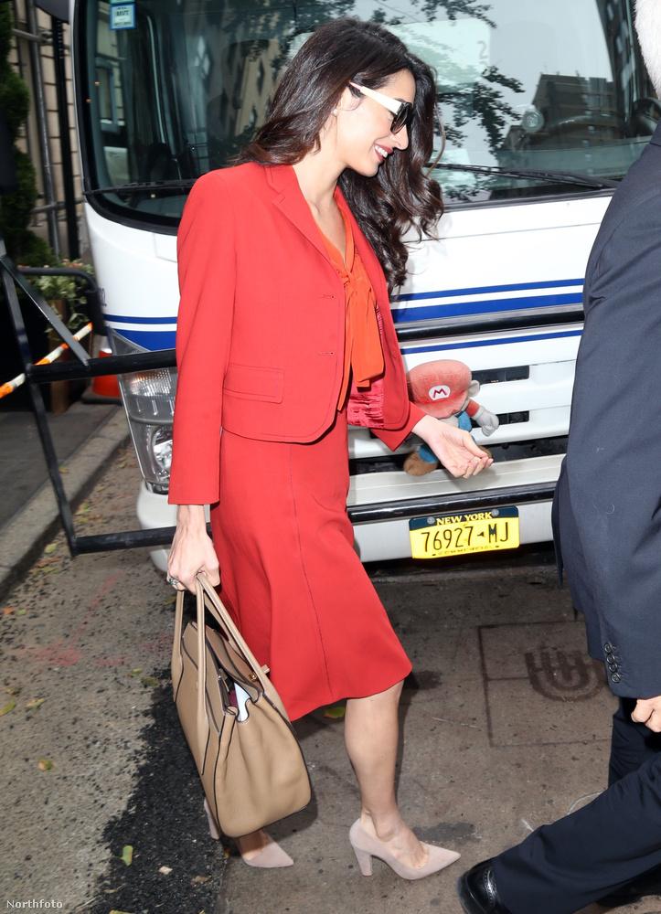 Kiderült ugyanis, hogy három hónapos ikrek ide vagy oda, George Clooney felesége nem kizárólag az anyai teendőire szeretne koncentrálni.