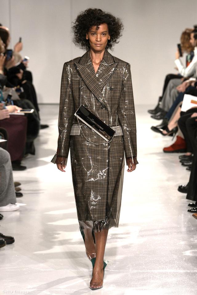 Ez a Calvin Klein újragondolt klasszikusa, amit a szezon legnagyobb slágerének kiáltottak ki. Az esőkabát-szerű luxuskabátot 2788 fontra, körülbelül 977 ezer forintra árazta be az amerikai márka.