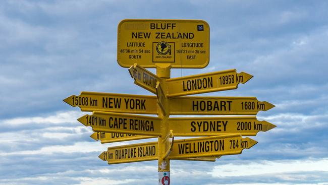 Rossz irányba mutat egy tábla, amit 87 ezer turista látogat évente