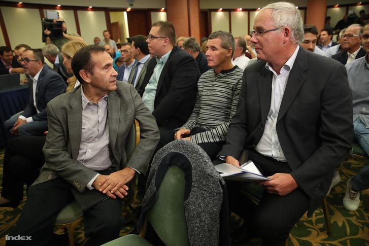 Gyárfás Tamás Wladár Sándorral beszélget, a háttérben Darnyi Tamás