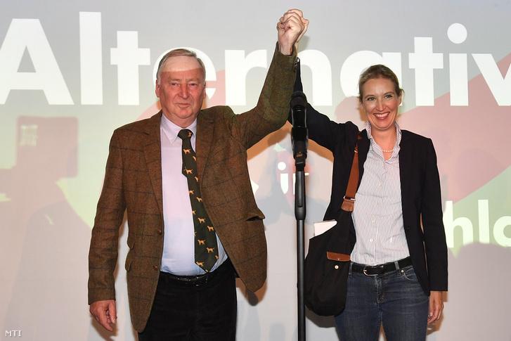 Alexander Gauland és Alice Weidel az Alternatíva Németországnak (AfD) párt társlistavezetői az AfD berlini eredményváró rendezvényén