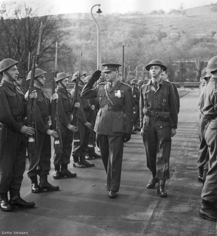 Rudolf Viest a londoni emigráns kormány minisztere csehszlovák menekültekből verbuvált alakulatot tekint meg Walesben 1941 körül.