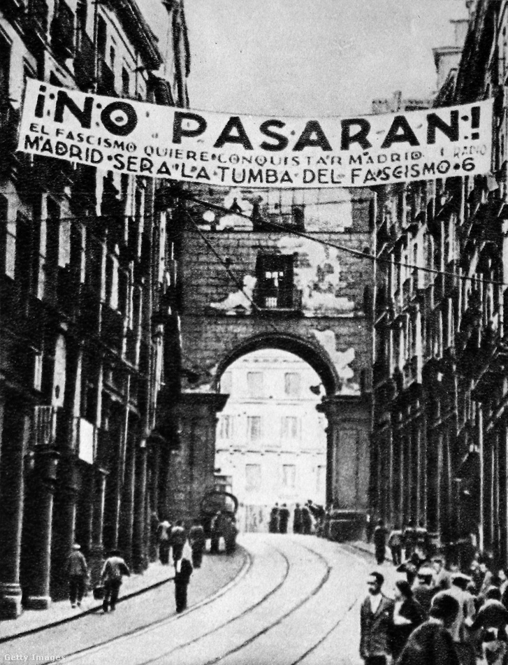 No pasarán, azaz nem törnek át feliratú molinó Madridban, Kolcov felvétele