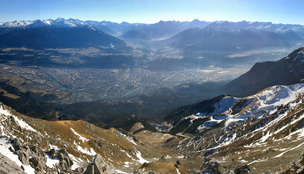 A szakadék szélén állította meg a buszt egy turista az Alpokban