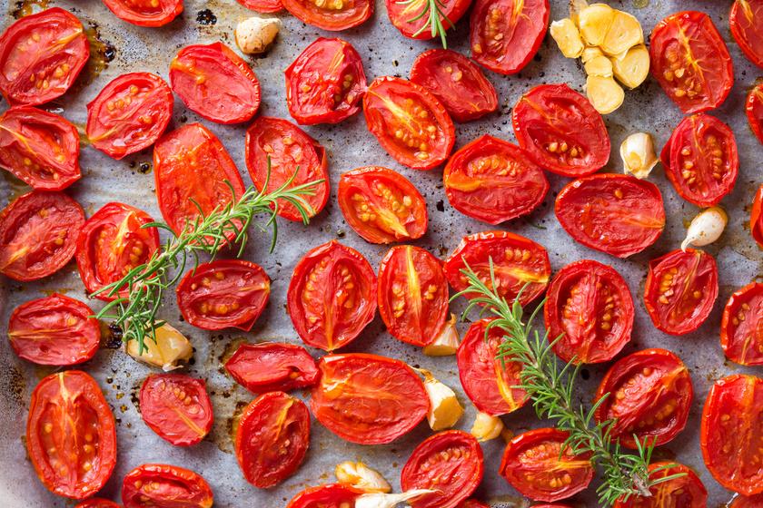 Tepsiben sült, fűszeres paradicsom – nagyszerű köret, amit pofonegyszerűen elkészíthetsz