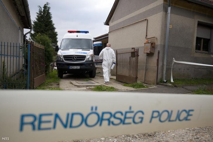 Bûnügyi helyszínelõk dolgoznak 2017. szeptember 25-én a Zala megyei Várföldén egy családi ház udvarán ahol holtan találtak egy házaspárt.
