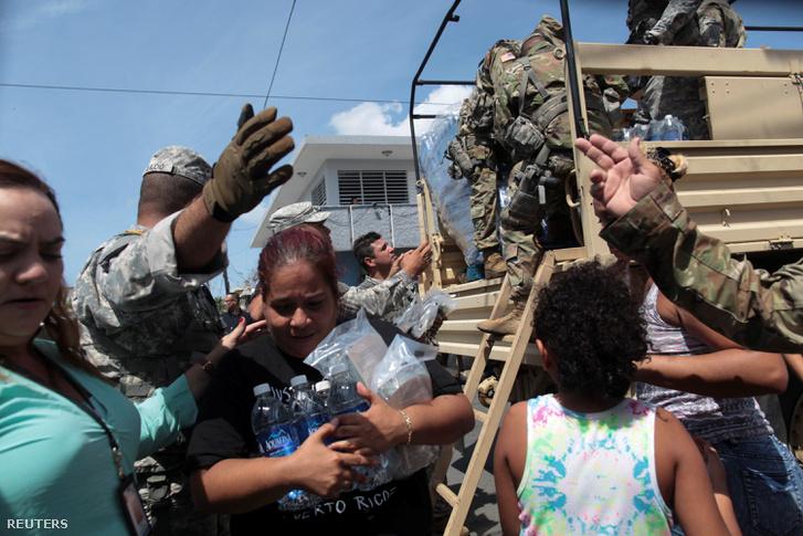 San Juanban az újságírók találkoztak egy 64 éves nővel, aki arról beszélt, hogy a vihar olyan pusztítást végzett, hogy szerinte karácsonyig már nem lesz áram.