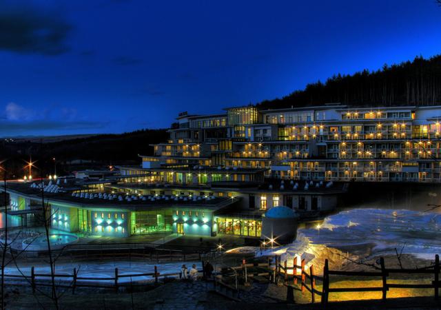 Így néz ki a Saliris resort este