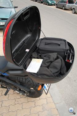 A gyári doboz igen hasznos, ha túrázni megy az ember, viszont nem dőlhet neki az utas, mert nem elég masszív