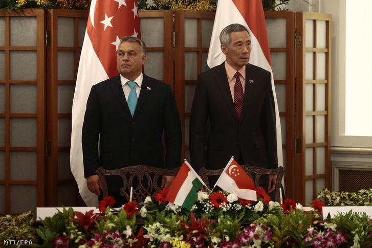 Orbán Viktor miniszterelnök és Li Hszien Lung szingapúri miniszterelnök (j) kétoldalú egyezmények ünnepélyes aláírásán a szingapúri Isztana elnöki palotában 2017. szeptember 26-án.