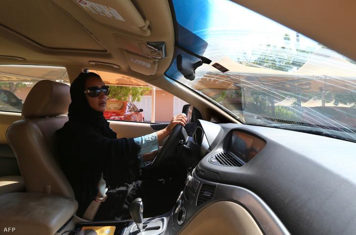 """Manal al-Sharif Dubajban élő szaúdi aktivista """"A vezetés=választás"""" szlogennel hívja fel a figyelmet arra, hogy a szaúdi nők nem ülhetnek volán mögé, még vészhelyzetben sem"""