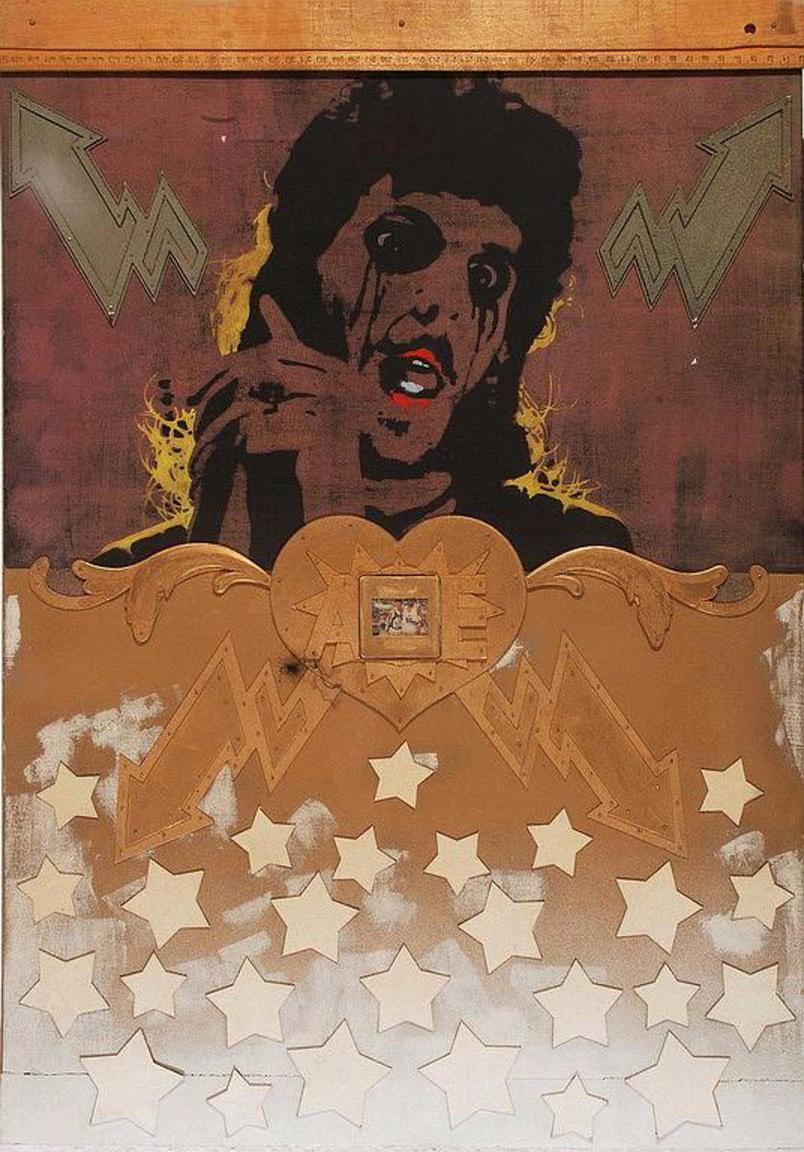 Sarkadi Péter – Devotio, 1980 körül                         Sarkadi Péter a Képzőművészeti Főiskola szomszédságában működő Rózsa Presszóhoz köthető művészeti kör tagja volt. A 70-es évek közepén a főiskola unalmas légköréből szabadulni próbáló fiatalok önszervező módon próbáltak válaszokat adni a művészet aktuális kérdéseire. Sarkadi a művész személyiségével kapcsolatos kérdéseket járta körül: Ki a művész? Mitől művész a művész? Van-e a művésznek privát élete? Melyek a művészként való létezés attribútumai? Képregényekben, fiktív lemezborítókon, könyvborítókon, plakátokon, rajzokon adta meg a válaszokat. Ezekben mutatta meg azokat az attribútumokat, amelyek egy igazán sikeres művészt külsőségeiben meghatároznak. A Devotio középpontjában ő maga szerepel úgy, ahogyan a rocksztárok, popikonok (pl. David Bowie) jelentek meg a korabeli ábrázolásokon. Maga a mű olyan, mint egy rajongóknak szánt ikon. A kép fölső részén egy vonalzót találunk, amely itt egyszerre fétis, és a rajzolás alapvető eszköze. A mű magas szintű szakmai felkészültségről és nagyfokú precizitásról árulkodik, mint Sarkadi minden munkája. Részletgazdagsága oly fokú, hogy  mint a művész számos más munkája esetében is  nehéz eldönteni, hogy nyomdatechnikai eszközzel sokszorosított képet, vagy egy azt imitáló grafikát látunk.